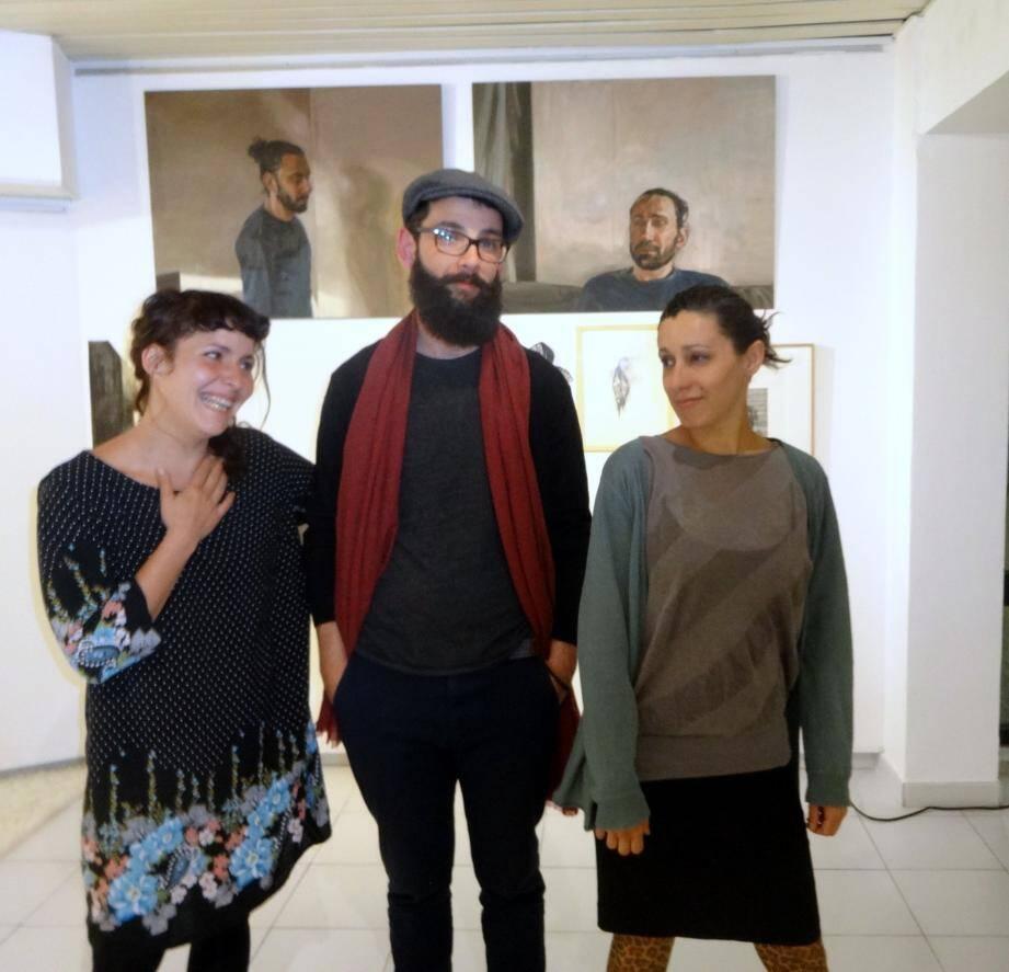 Hadrien aux côtés de Yasmine et Marthe, trois artistes à découvrir.