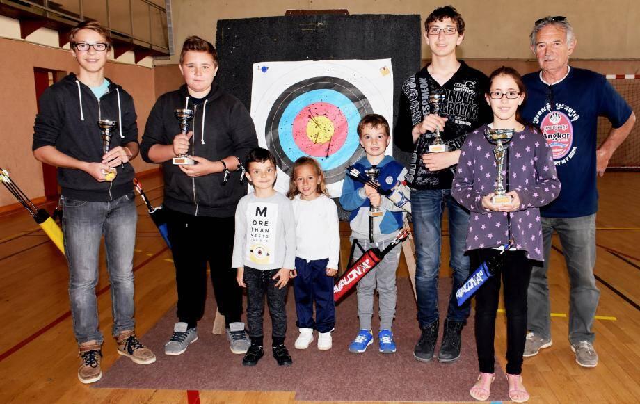 Les jeunes champions en compagnie des petits du club et du président Jean Wisniewsky (à droite).