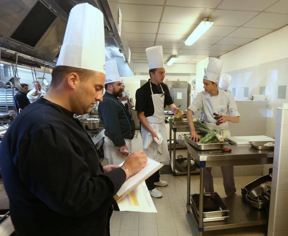 Sélection des poissons et crustacés, préparation, service avant dégustation par les membres du jury : les apprentis cuisiniers étaient à rude épreuve, hier matin.