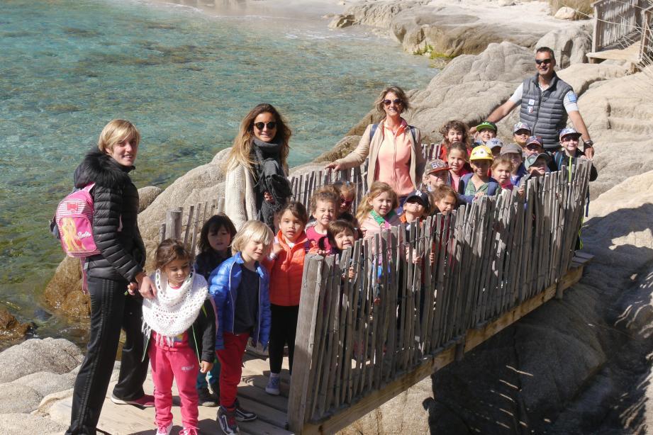 Une maman, une institutrice et une assistante  ont encadré les  maternelles guidés sur le sentier du littoral par l'agent du Conservatoire. (Ph. F. Ba.)