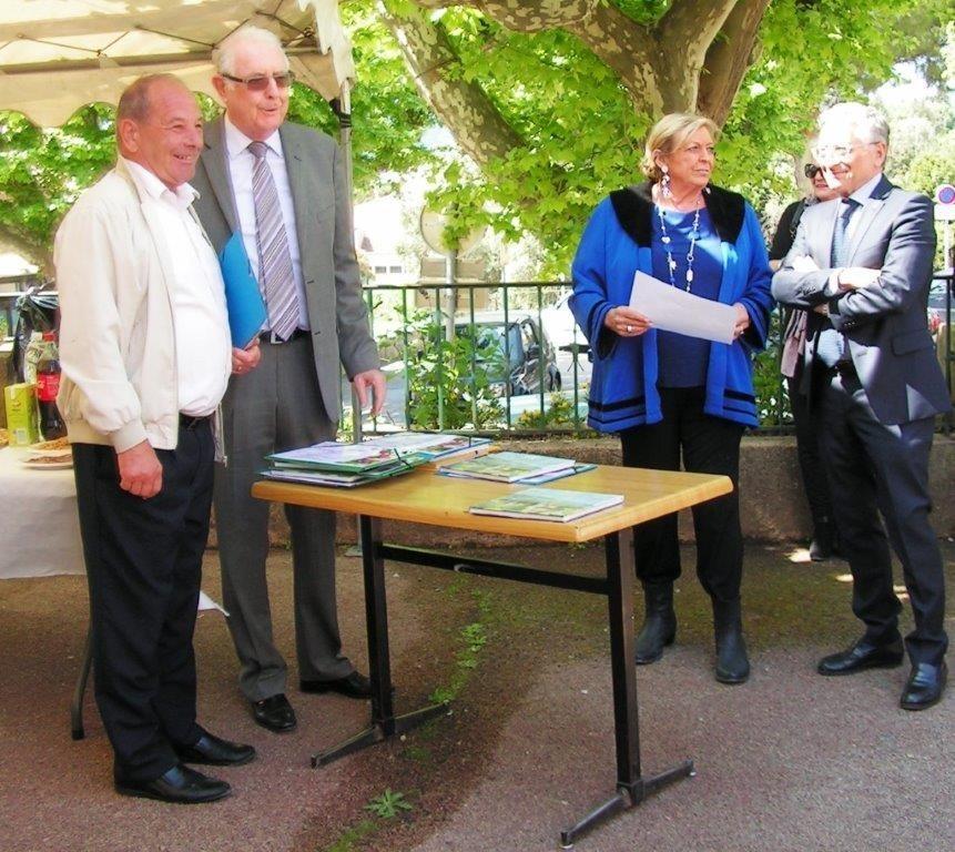 Le maire a félicité la famille Rongère, mais aussi Madame Pastorello, récompensée pour le fleurissement de son balcon rue du Four.