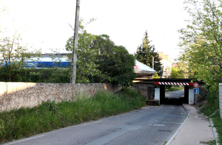 La grue transportée sur le camion-plateau a heurté le pont situé sur la D13 près de la gare de Carnoules. Hier le trafic a été rétabli à 18h55.