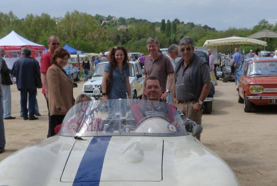 Nicolas Ventugol à bord d'une Osca Maserati de collection.