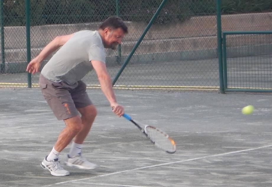 Le tournoi vétéran bat son plein, ici le Six-Fournais Laurent Ingardiola qui jouait mercredi soir en + de 45 ans.