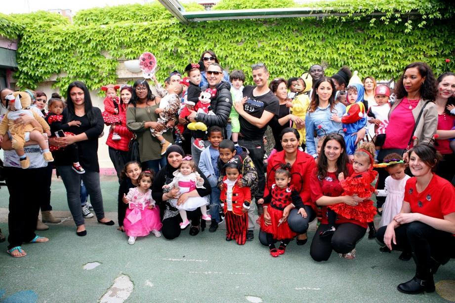 Les enfants, leurs familles et le personnel des Colombes : sourire et déguisements de rigueur.