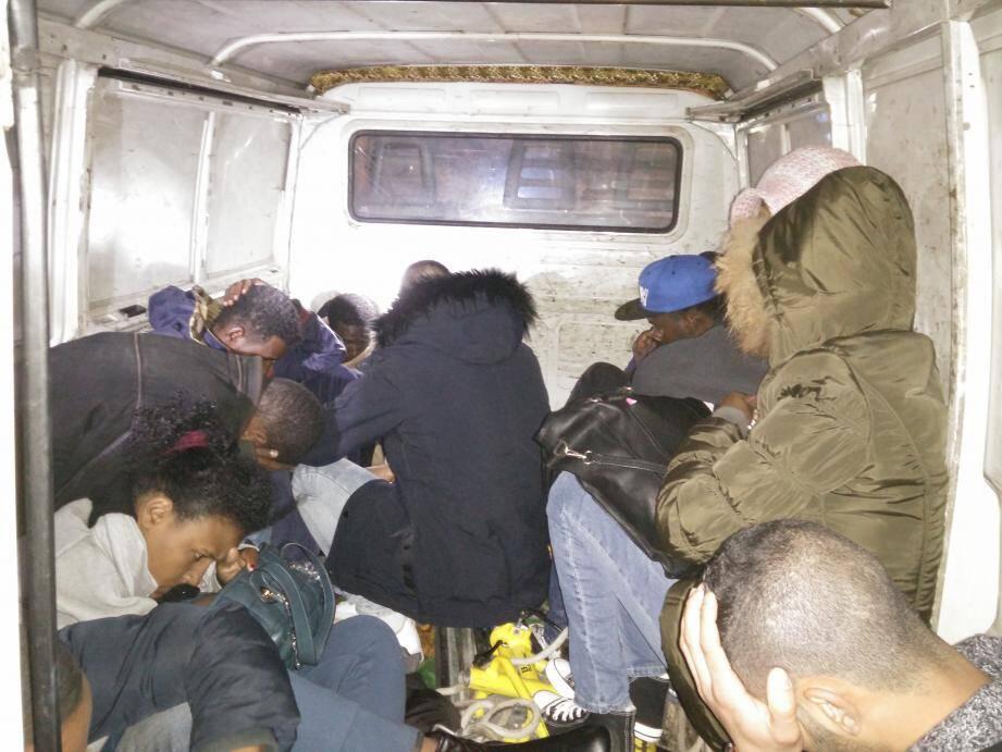 Les migrants ont été retrouvés entassés à l'arrière du fourgon.(DR)
