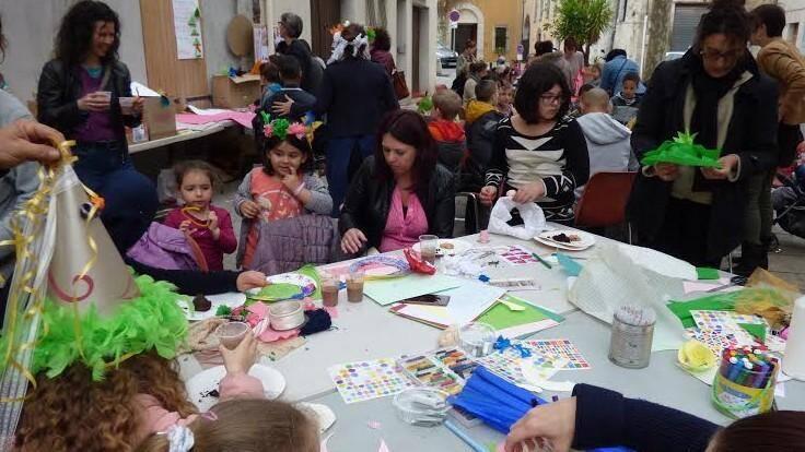A Draguignan, la place de l'Observance a accueilli plusieurs dizaines de familles, venues participer à l'atelier de création et décoration de chapeaux de printemps proposé par l'association Trait libre.