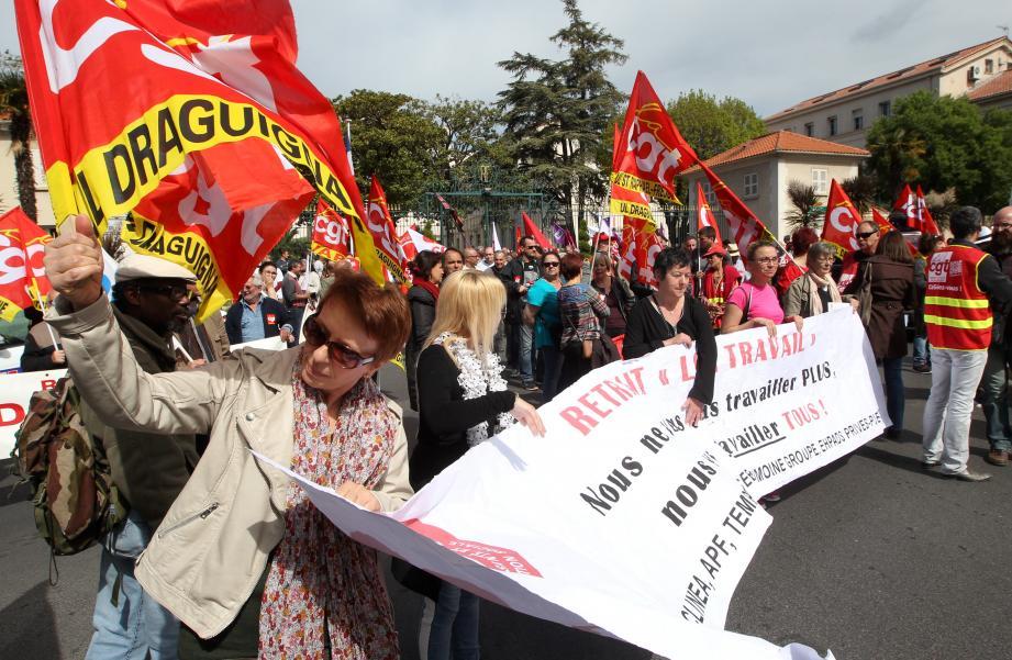 Ils étaient plus de deux cents, jeudi, à s'être rassemblés contre la loi travail devant es grilles de la sous-préfecture de Draguignan.