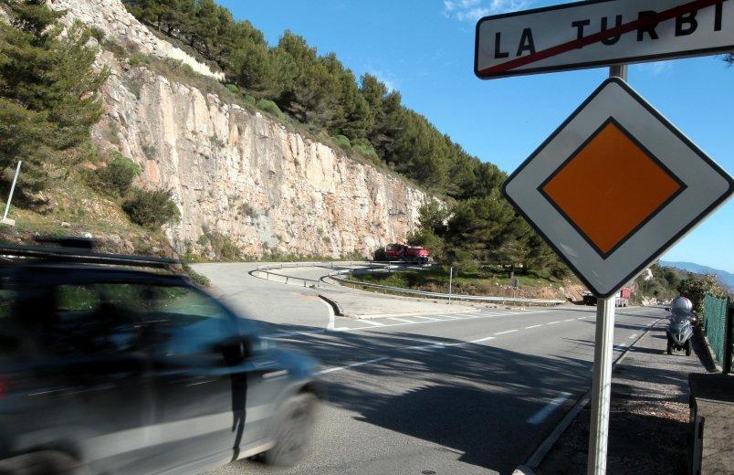 Le 1er juin, Jean-Jacques Raffaele, entouré d'élus locaux, organisait une manifestation pour demander la remise en service immédiate de la bretelle (notre photo). Tous les jours, 11000 véhicules transitent par La Turbie pour rejoindre Monaco.