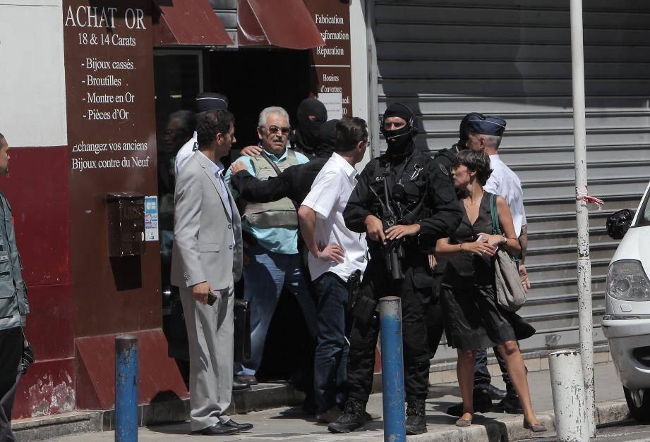 Stephan Turk, équipé d'un gilet pare-balle, lors d'une reconstitution devant sa bijouterie de la rue d'Angleterre à Nice. Ramzi Khachroub, qui se dit étranger à l'attaque à main armée, avait refusé d'y participer.