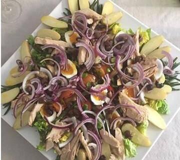 Il y a des classiques avec lesquels il est dangereux de s'aventurer. La salade niçoise en est un parfait exemple.