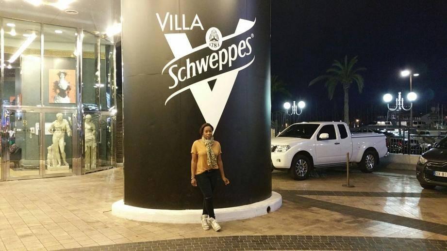 "La ""dame-pipi""de la Villa Schweppes."
