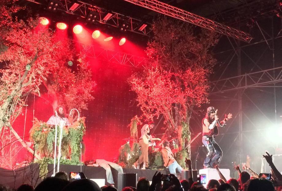 Une forêt, voilà le terrain de jeu de Shaka Ponk sur la scène de l'EuroFestival samedi soir avec un leader, Frah, juché sur son cube blanc, tremplin pour de joyeuses pirouettes dans le public.