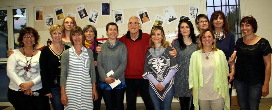 Les élèves du cours de français, les bénévoles du CSC, ont profité pleinement de ce moment d'échange autour de C. Chauchard, instigatrice et animatrice de la rencontre (à g.).