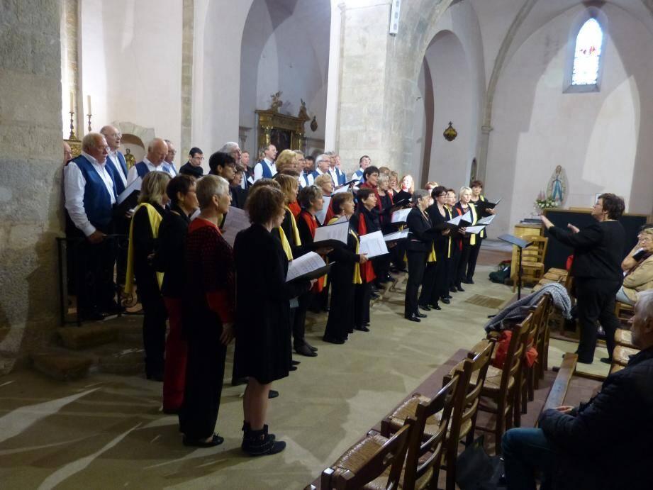 C'est dans le chœur de l'église, pas assez grand pour accueillir les deux chorales, que celles-ci ont interprété des chants en commun.