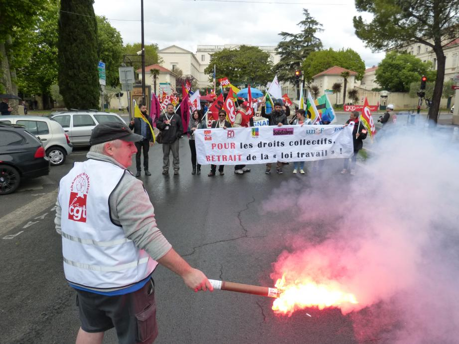 Une centaine de manifestants a défilé pour le 1er mai, hier matin, sur le boulevard Clemenceau. Sur place, des représentants des syndicats FSU, Solidaires, Fo et CGT mais aussi de la communauté kurde locale.
