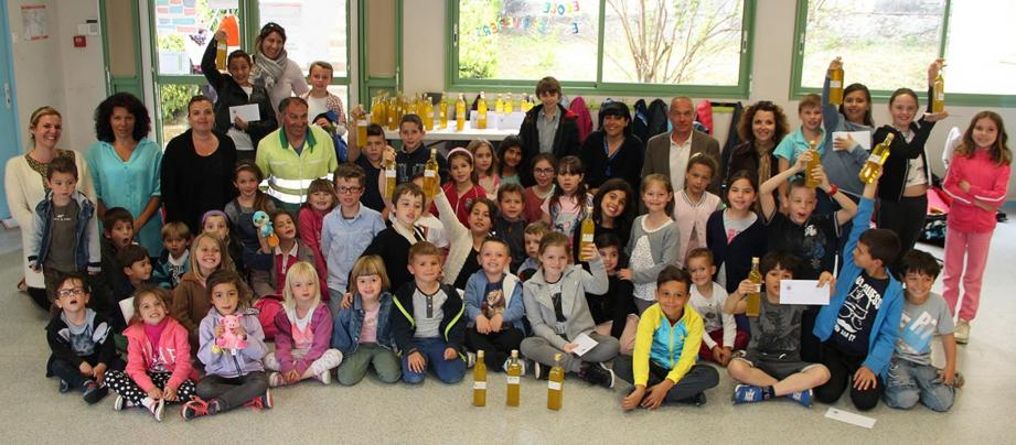 Les 75 élèves de l'école des Cailletiers sont repartis chez eux avec une bouteille d'huile d'olive bio.