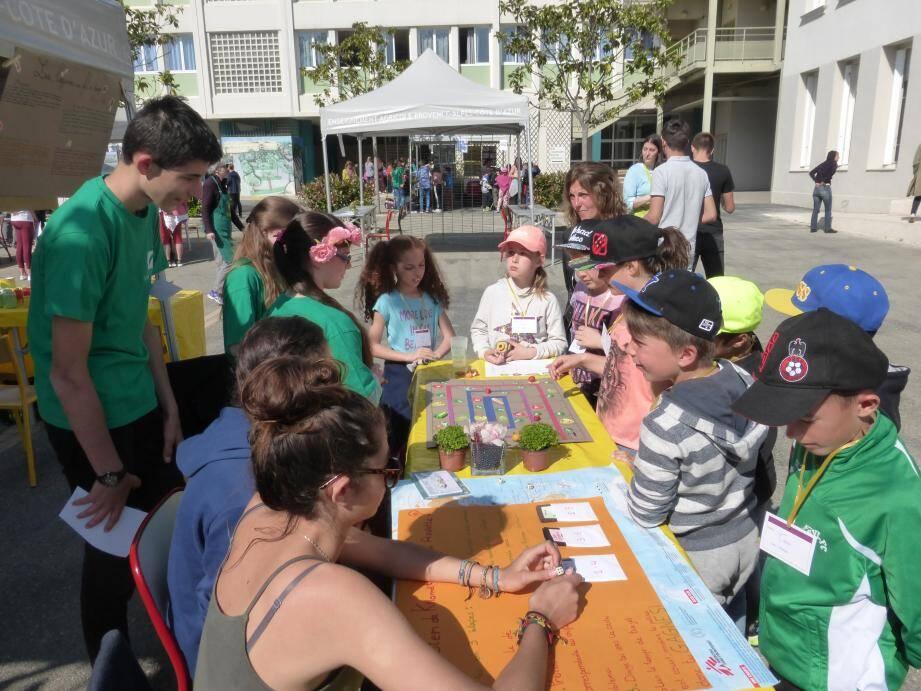 Une dizaine de stands était mise en place dans la cour du lycée, où les classes des différents établissements présentaient les résultats de leurs travaux sur le développement durable.