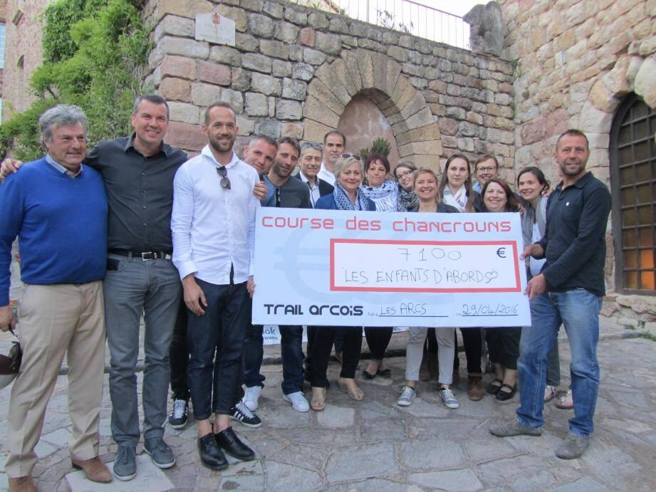 Les organisateurs Fred, Nicolas et Stéphane, ainsi que tous leurs sponsors ont rems un chèque de 7 100 € à l'association « Les enfants d'abord ».