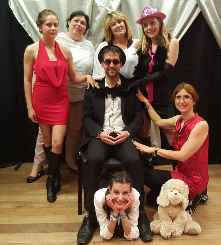 Les comédiens sur la scène de la salle Bel'Aube.