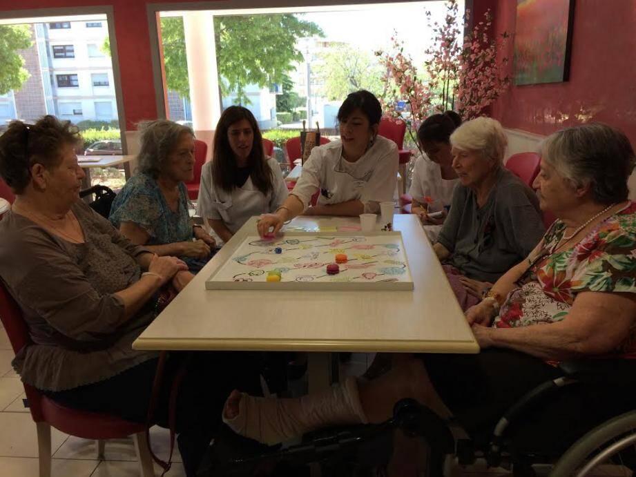 Vanessa Casetto (en blanc au fond à gauche) et Lucie Andretto (qui avance le pion) ont imaginé un jeu de société pour intéresser les patients à leurs messages sur le diabète.