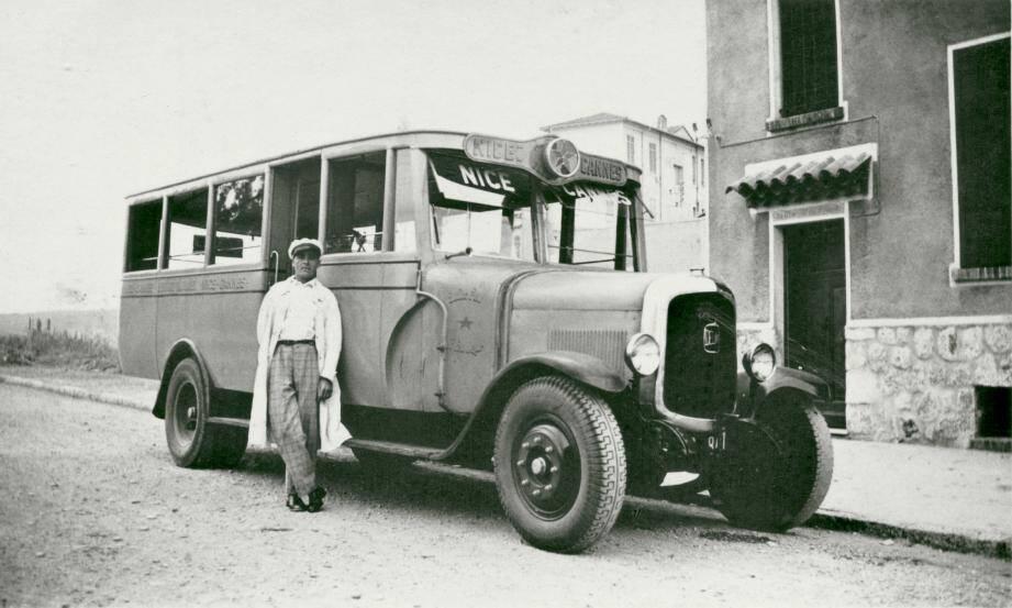 Un des deux véhicules de la compagnie « Bleu Azur », l'autobus pouvant transporter une vingtaine de passagers, garé devant « la maison du Ponteil » à l'angle des avenues Maizière et de l'Îlette. Le chauffeur est Édouard Mosser, gendre de Louis Roux.