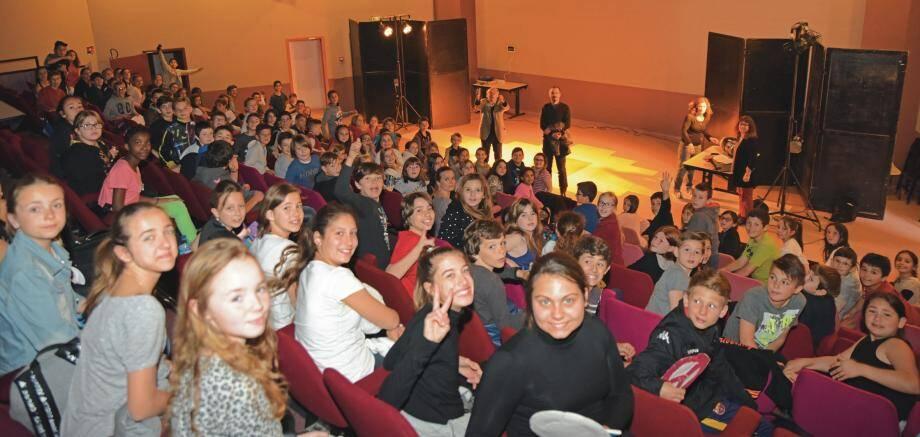 Les élèves étaient nombreux à l'Espace Culturel pour venir dialoguer avec Fabien Arca, lauréat du 13e prix de la pièce de théatre contemporain.