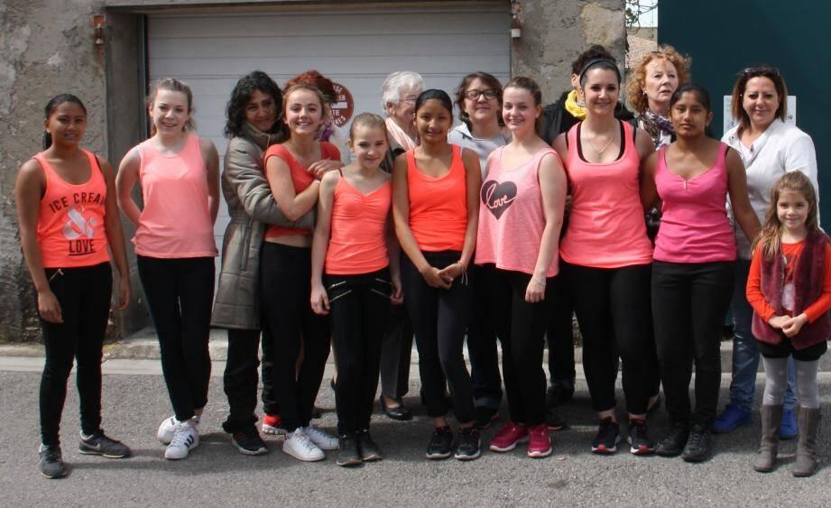 Les bénévoles du Comité des Fêtes, avec les jeunes de la troupe d'Audrey « Raggamoove ».