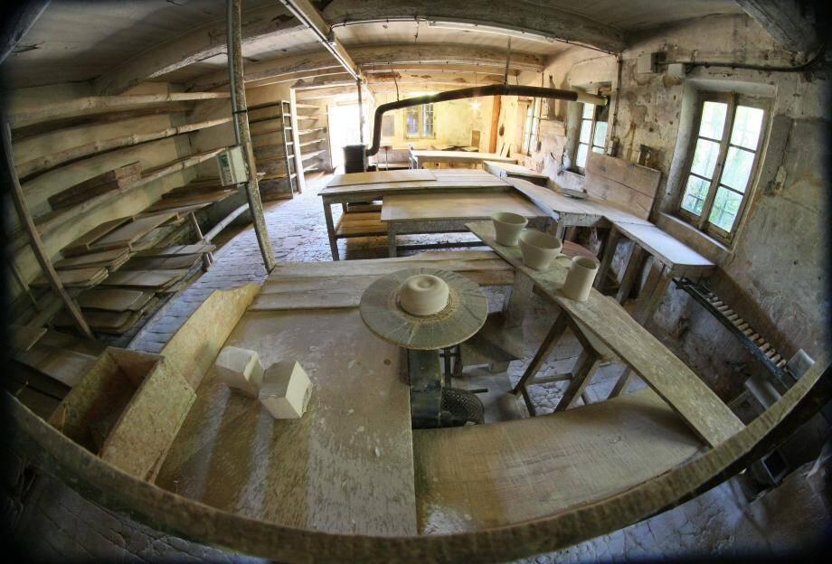 Dans le projet du pôle céramique, l'atelier Madoura réhabilité et sécurisé deviendra un espace d'expositions permanentes et accueillera la biennale internationale.