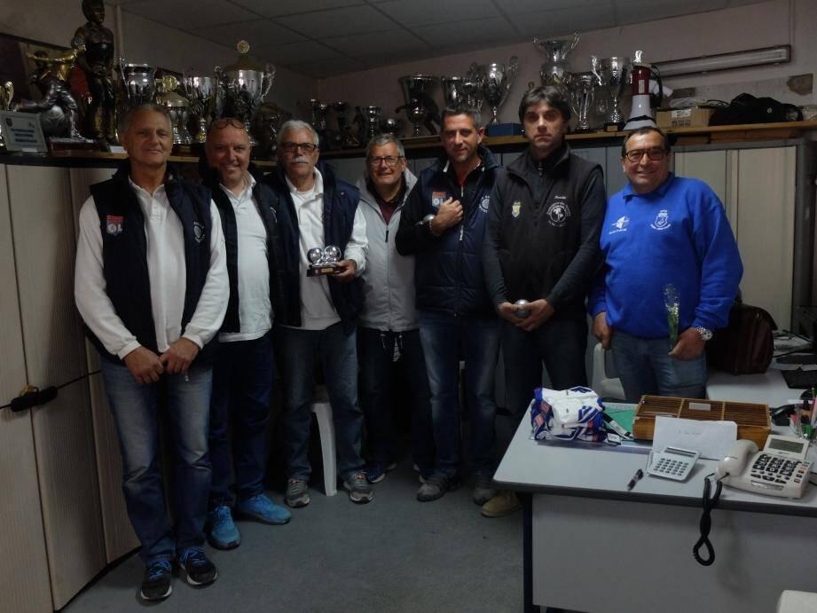 De gauche à droite: Fasola, Fuchs, Yvroud, l'arbitre M. Quinton, C. Bee, JL. Bee et J. Asensio.