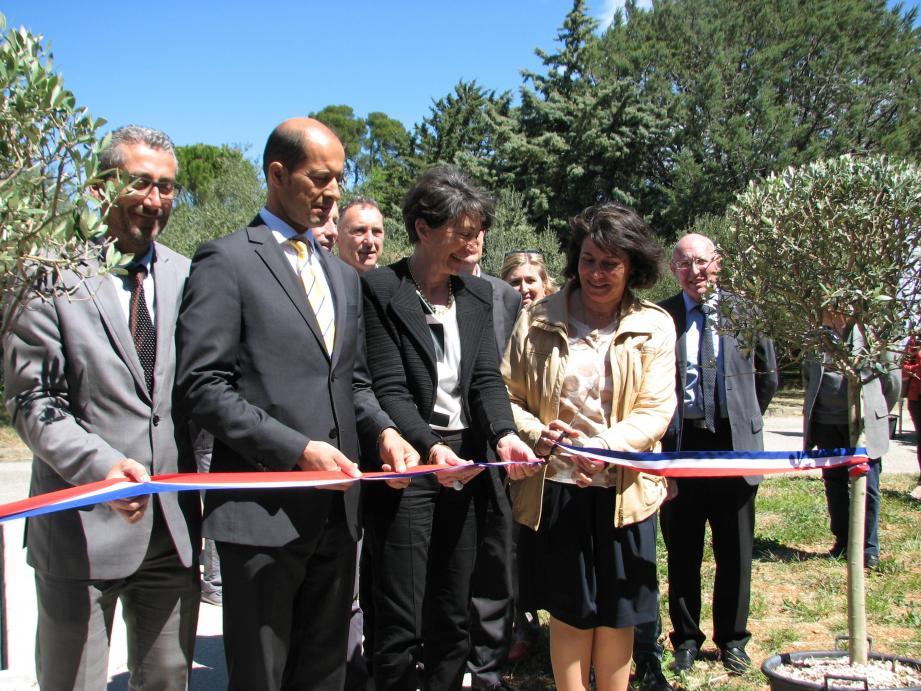 Les locaux, qui reçoivent le public depuis le début du mois de janvier, ont officiellement été inaugurés en présence de Raymond Yeddou, sous-préfet de Brignoles (2e à gauche).