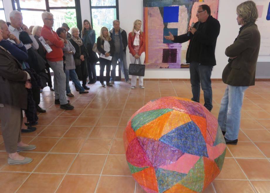 Fernando Galvez (à droite en compagnie du directeur du pôle arts plastiques, Dominique Baviera) a livré les secrets de sa peinture colorée, pleine de contrastes et jouant sur les oppositions de formes et de matières.