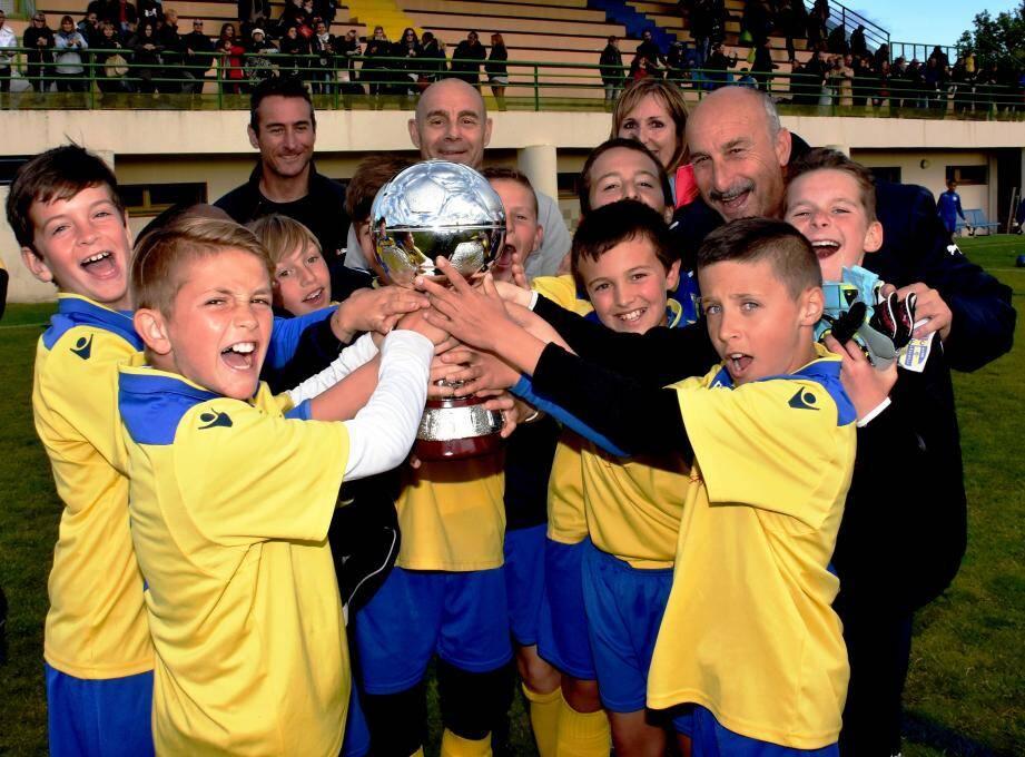 La joie des U11 du Hyères FC qui remportent le challenge remis par le maire François Arizzi.