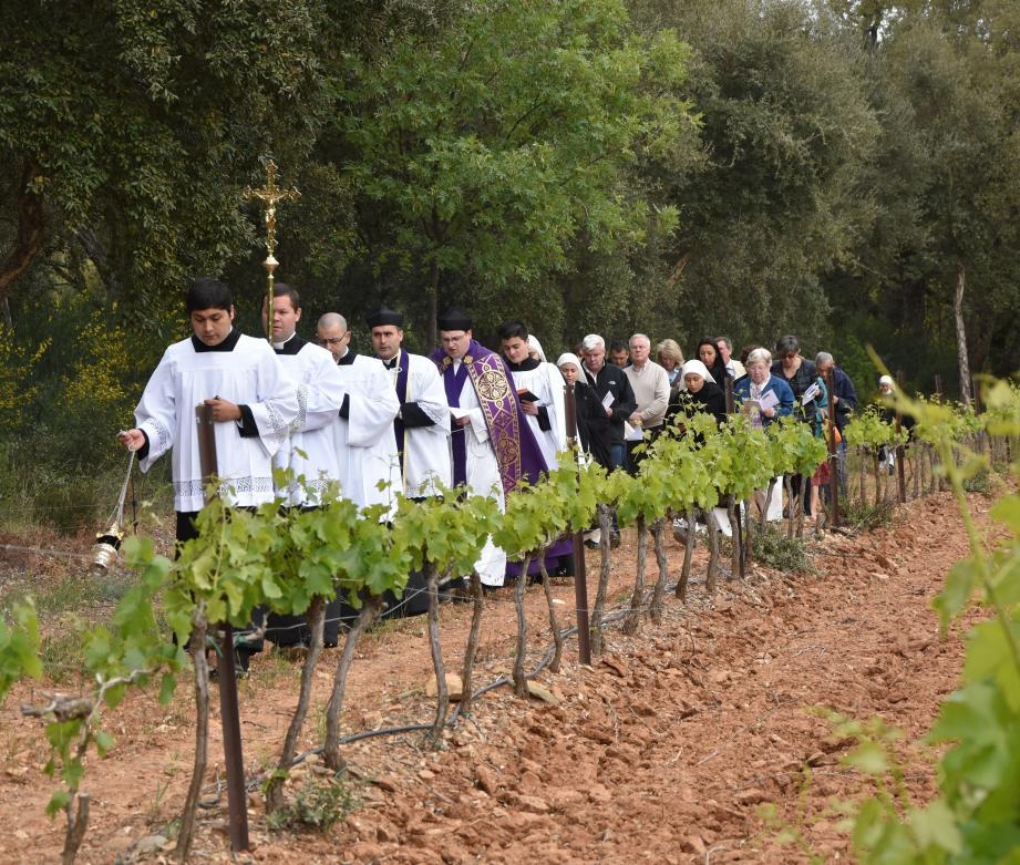La belle procession dans les vignes d'une petite propriété viticole est respectée précieusement depuis des décennies par la famille Pasquier au lieu-dit « Le Pas du Cerf ».