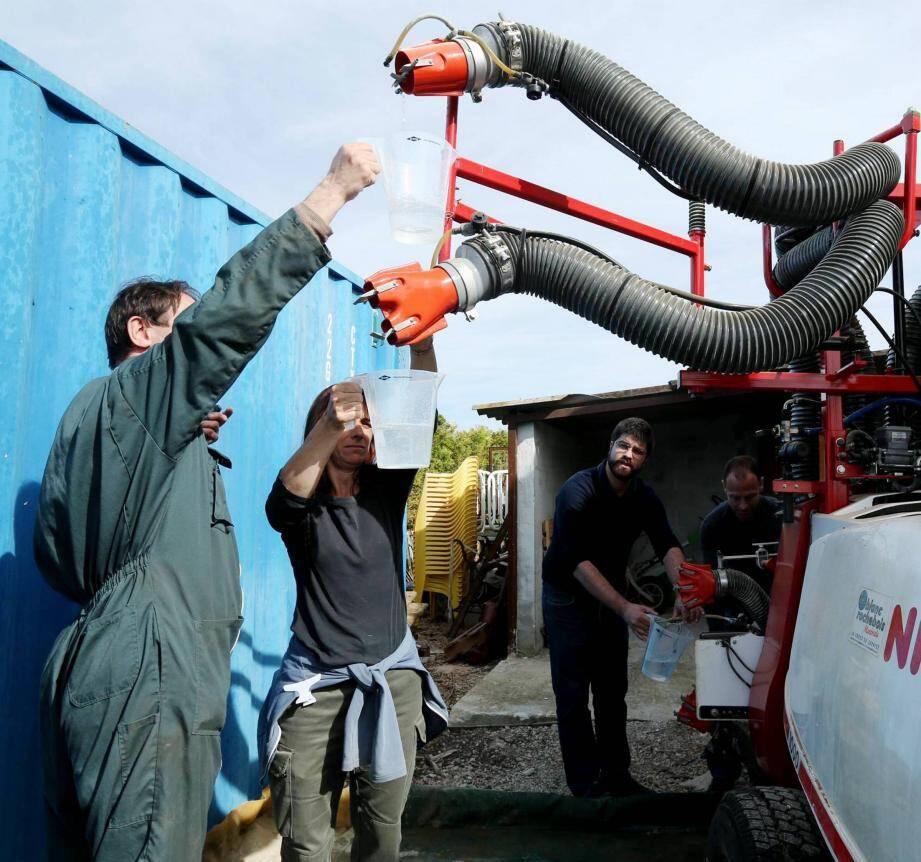 L'eau a été récupérée à chaque sortie du pulvérisateur. Et ensuite pesée pour mesurer les différences de débit.