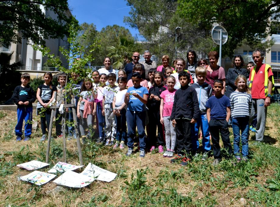 La classe de CE2 de Cécile Grappesi et les représentants du conseil de ville de l'Orée du Bois se sont recueillis devant le ginkgo biloba planté en mémoire de Tchernobyl.