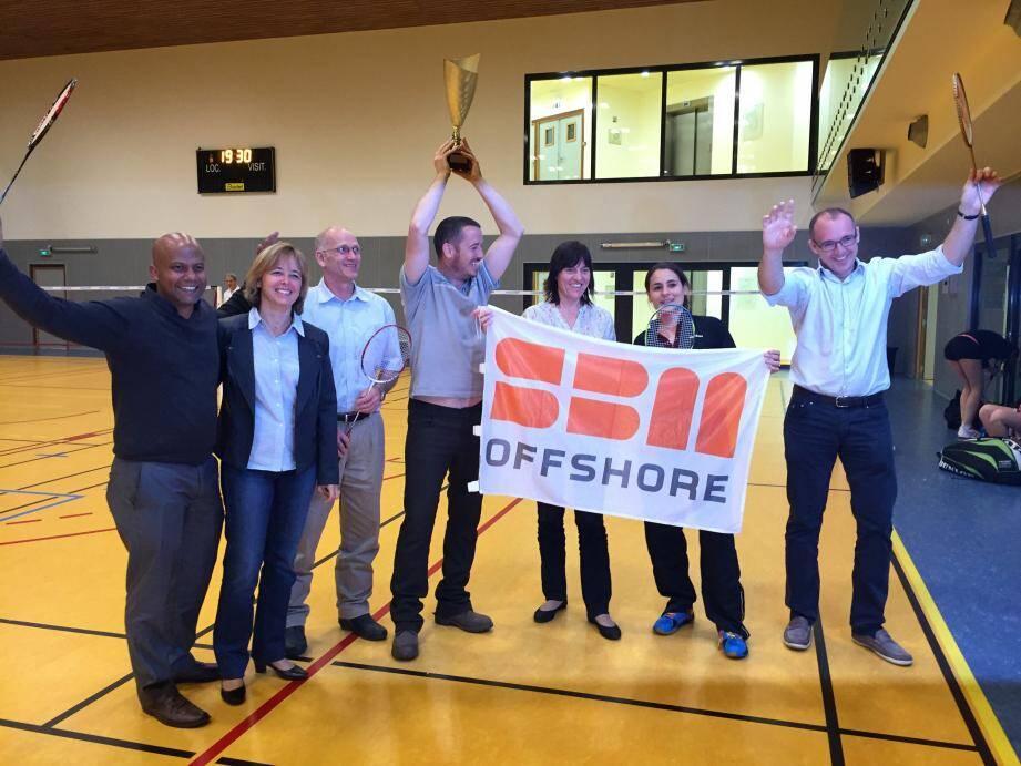 L'équipe de la SBM Offshore, vainqueur de cette 2e édition du challenge interentreprises de badminton, a été récompensée par Sylvie Bertrand, présidente du club organisateur (à gauche sur la photo).