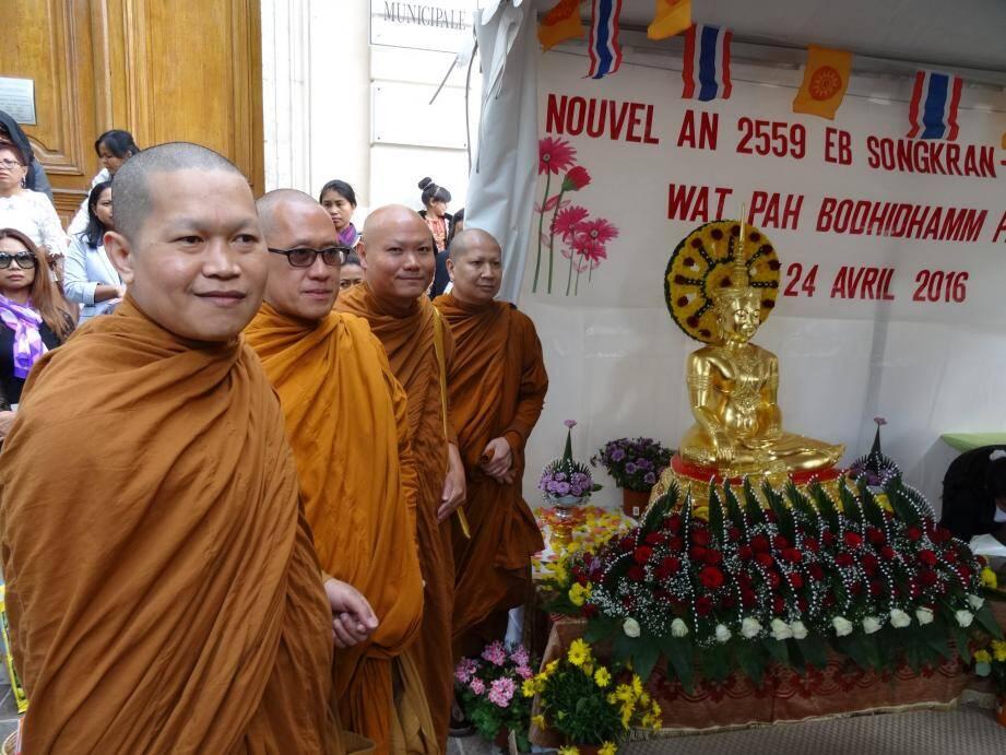 Les moines bouddhistes devant la statue fleurie du Bouddha place de la Libération, ont célébré le nouvel an ThaÏ.