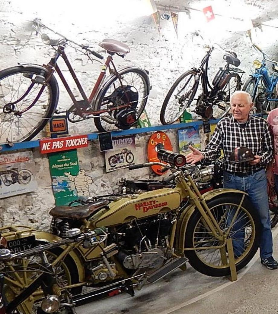 Michel Lucani, ce mécanicien de compétition moto, présente ici sa splendide Harley Davidson de 1917, entièrement restaurée.