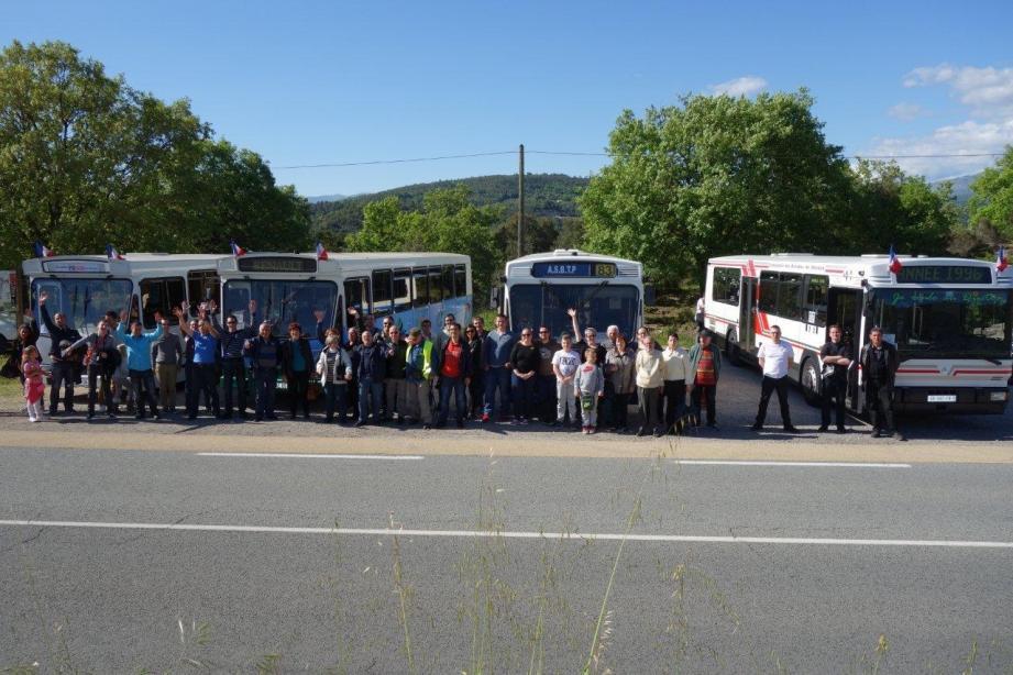 Les tramophiles de la Côte autour de quatre générations de bus PR 100. (photo DR)