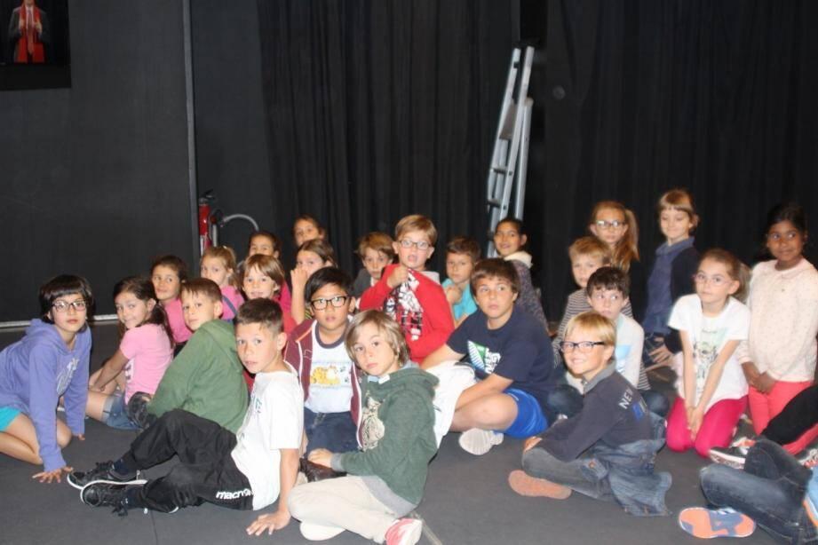 Accueillis par Martine Vagnetti l'adjointe aux affaires scolaires, les écoliers de Nadège Bagnasco ont investi le studio mobile d'enregistrement.