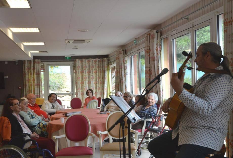 La musique fait partie des plaisirs pour les seniors qui résident à la Bastide et les rencontres musicales y sont donc régulières. Ici avec Patrick Schmitt.