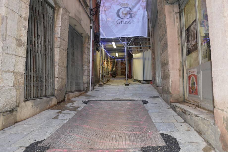 À la suite de l'effondrement de l'immeuble situé entre le n°1 et le n°3 de la rue Mougins-Roquefort dans la nuit du 18 novembre 2015, tous les riverains avaient été évacués sur un large périmètre autour de la zone sinistrée. Un nouvel échafaudage ceinture aujourd'hui l'immeuble. La chaussée affaissée par endroits par les engins de travaux et les façades ont été renforcées, sécurisées et vérifiées par un expert. Au compte-gouttes, chacun peut regagner son domicile. Hier soir, ils n'étaient que cinq à l'avoir fait. La vie reprend doucement ses droits dans cette artère.