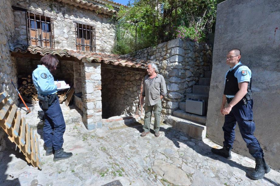 Les gendarmes ont procédé à des recherches d'empreintes digitales sur la hache, découverte dans l'atelier après avoir été projetée à travers la porte vitrée.