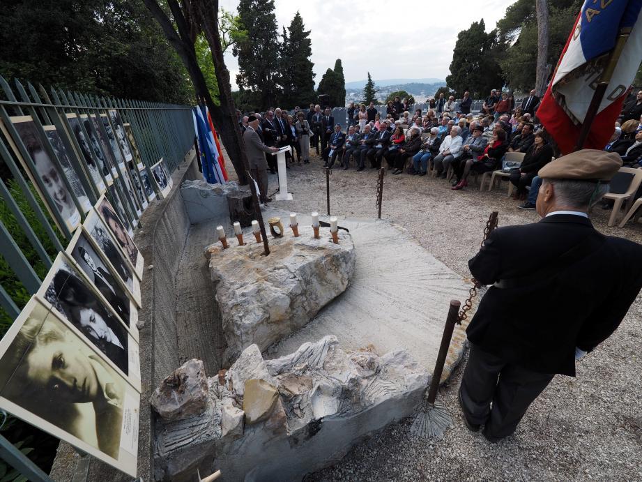 Hier soir, au cimetière juif du Château, devant les portraits d'enfants raflés à Nice, ont été allumées six bougies, pour les six millions de juifs exterminés dans les camps de la mort.