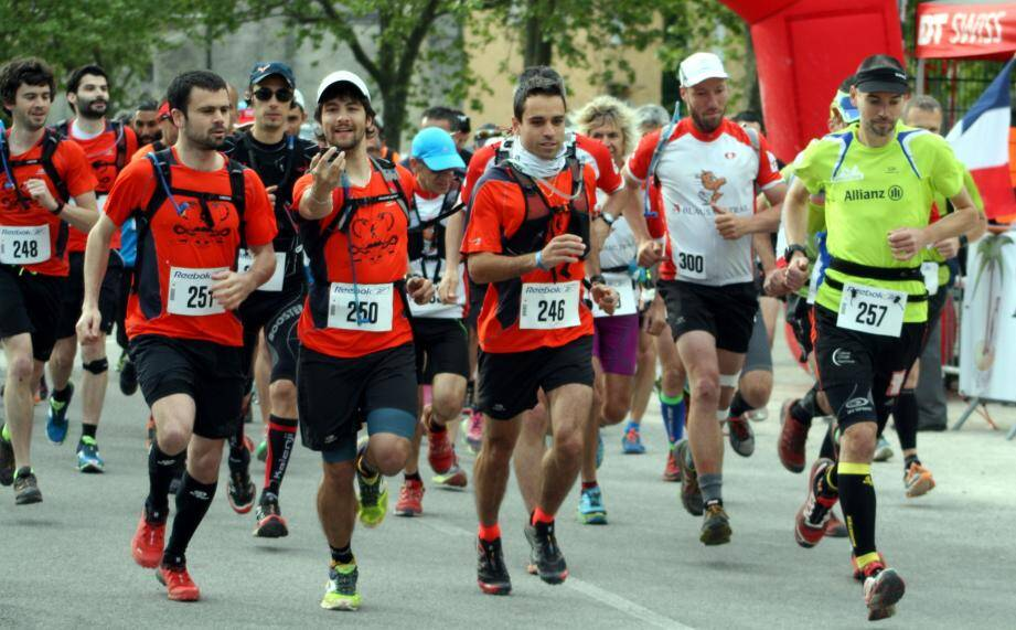En t-shirts orange, une partie du Team pharma Escarène parti pour 19 km du trail de L'Escarénoise.