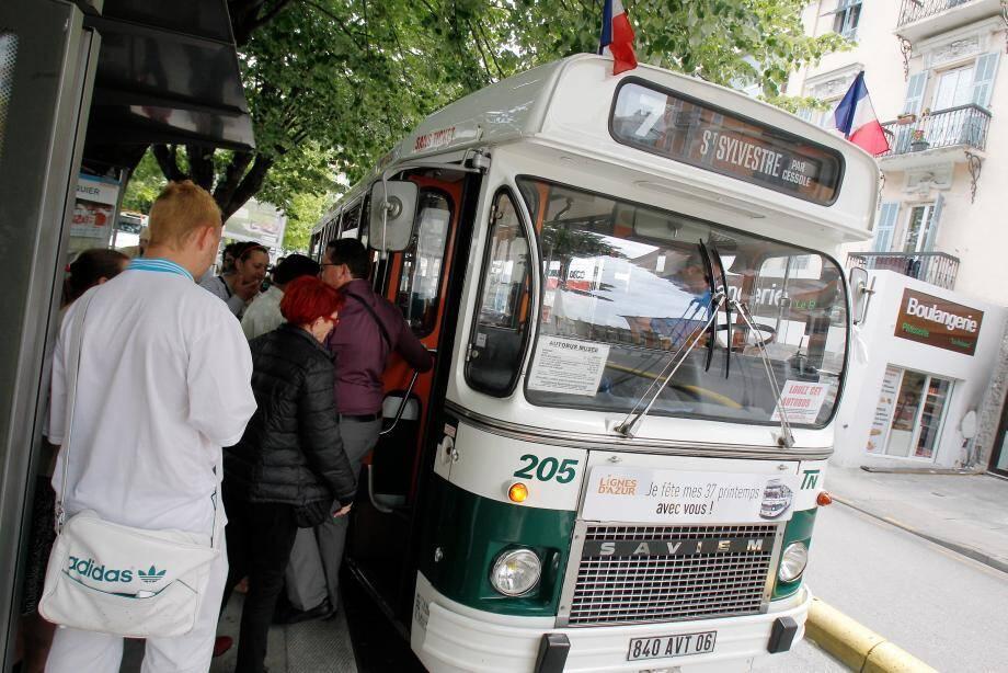 Hier, le bus musée n° 205 a repris du service en partant de Riquier pour fêter ses 37 ans. Un bon dans le passé comme à l'époque ou il assurait la liaison entre le Mont-Boron et le Parc Impérial sur la ligne 14.