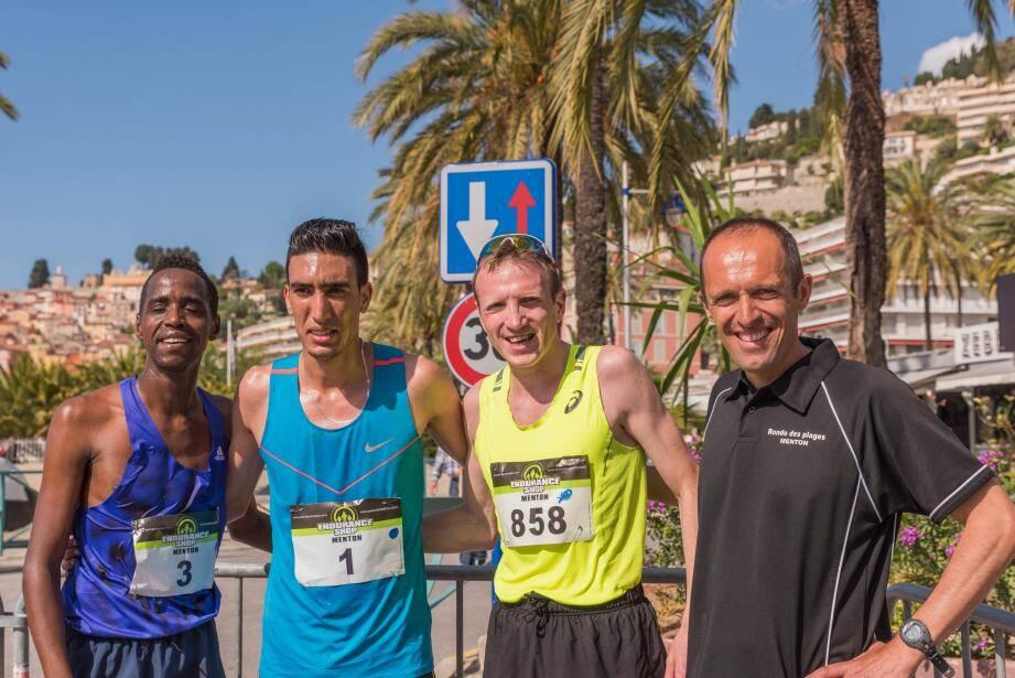 Njuguna, Jaadi et Potteau savourent leur podium au côté d'Eric Domerego, le président de Menton-Marathon, l'organisateur.