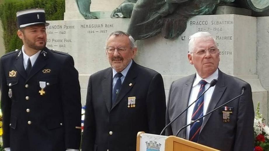 L'adjudant Aquila a reçu sa décoration des mains du président de l'UNC, Bernard Gaglio.