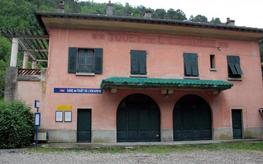 La gare SNCF est aménagée en appartement au 1er étage et en locaux pour le personnel technique au rez-de-chaussée.